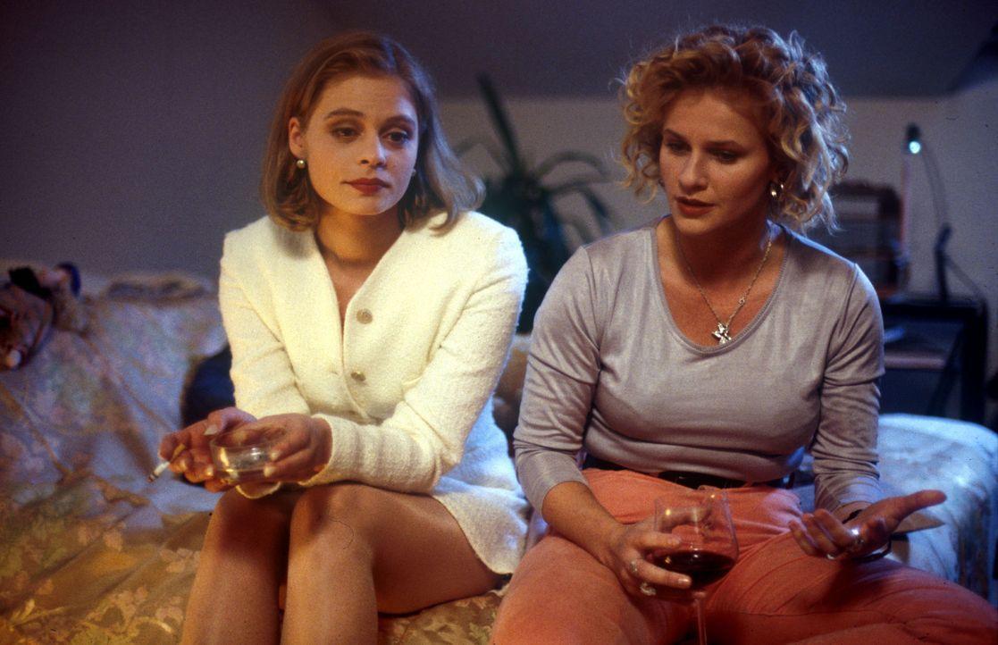 Hecken einen unglaublichen Plan aus: Caroline (Susanna Simon, l.) und Claudia (Petra Kleinert, r.) ... - Bildquelle: Kurt Bauer ProSieben/Bauer