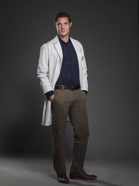 (1. Staffel) - Dr. Evan Marks (Max Brown) arbeitet als Gerichtsmediziner mit Catherine zusammen und trifft immer wieder auf korrupte DNS an verschie... - Bildquelle: 2012 The CW Network, LLC. All rights reserved.