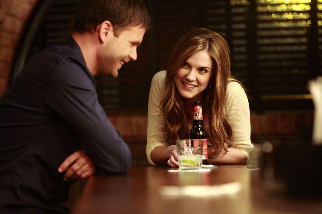Bahnt sich zwischen Jenna (Sara Canning, r.) und Aláric Saltzman (Matt Davis, l.) etwas an? - Bildquelle: Warner Brothers