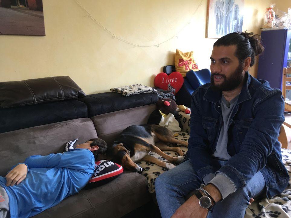 Im Tierheim Bergheim wird der Hundetrainer Masih Samin (r.) für den schwerbehinderten David (l.) fündig: Hündin Bella ist sehr zutraulich und mensch... - Bildquelle: SAT.1