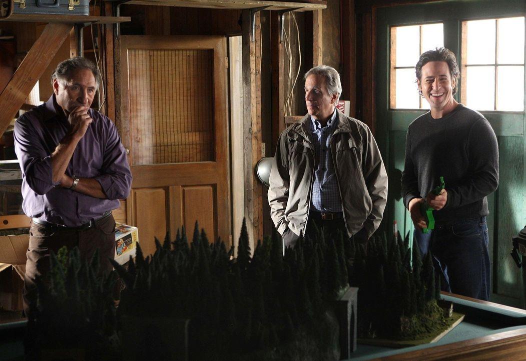 Noch stehen Don (Rob Morrow, r.), Alan (Judd Hirsch, l.) und Roger Bloom (Henry Winkler, M.) vor einen Rätsel ... - Bildquelle: Paramount Network Television