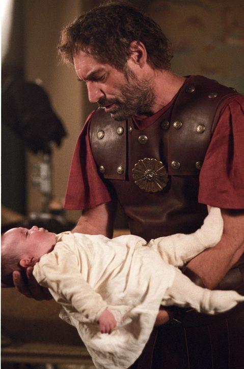 Ahnt nicht, dass sein neugeborener Stiefsohn über ungeheure Körperkräfte verfügt: Amphitryon (Timothy Dalton), König von Theben ... - Bildquelle: Ken George Hallmark Entertainment