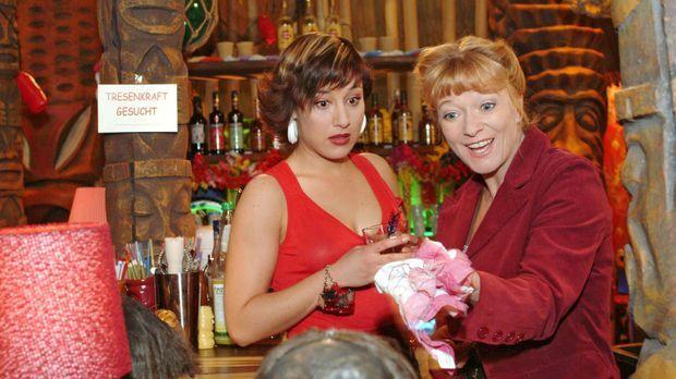 Yvonne (Bärbel Schleker, l.) bringt die arbeitsuchende Helga (Ulrike Mai, r.)...