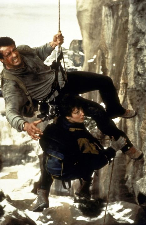 Vollen Einsatz müssen Gabe Walker (Sylvester Stallone, l.) und Freundin Jessie Deighan (Janine Turner, r.) leisten, um die Pläne der Verbrecher zu d... - Bildquelle: 1993 Cliffhanger B.V. All Rights Reserved.