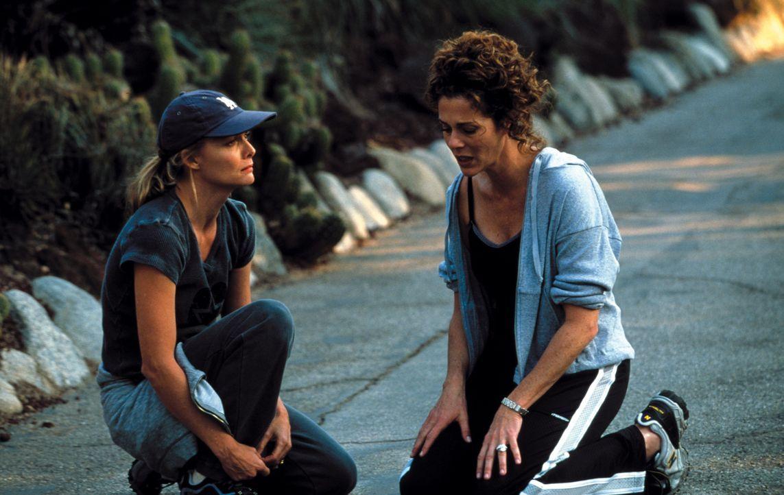 Die Ehe von Katie (Michelle Pfeiffer, l.) und Ben Jordan steht vor dem Aus. da hat Katies Freundin (Rita Wilson, r.) die rettende Idee ... - Bildquelle: Warner Brothers International Television Distribution Inc.