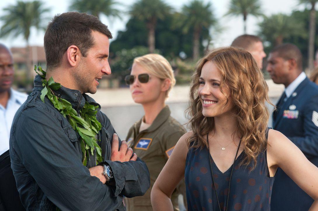 Wider Erwarten erhält der Sicherheits- und Militärberater Brian Gilcrest (Bradley Cooper, l.), der einen Auftrag gewaltig versemmelt hat, eine zweit... - Bildquelle: 2015 Columbia Pictures Industries, Inc. All Rights Reserved.