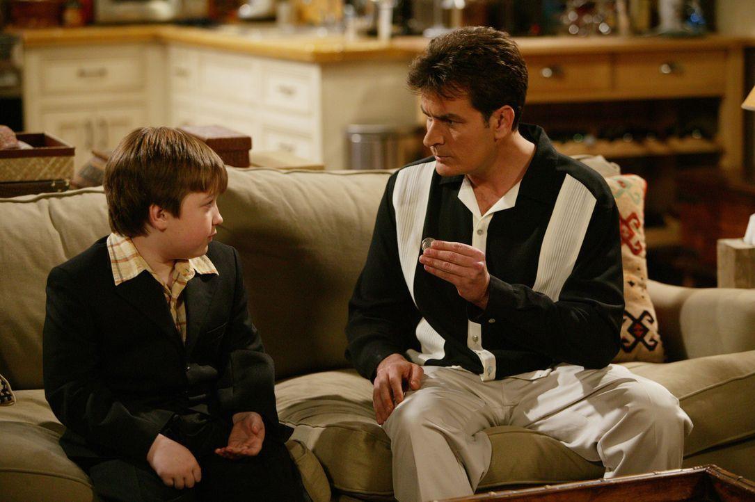 Jakes (Angus T. Jones, l.) Geburtstag steht vor der Tür. Charlie (Charlie Sheen, r.) plant eine große Party ... - Bildquelle: Warner Bros. Television
