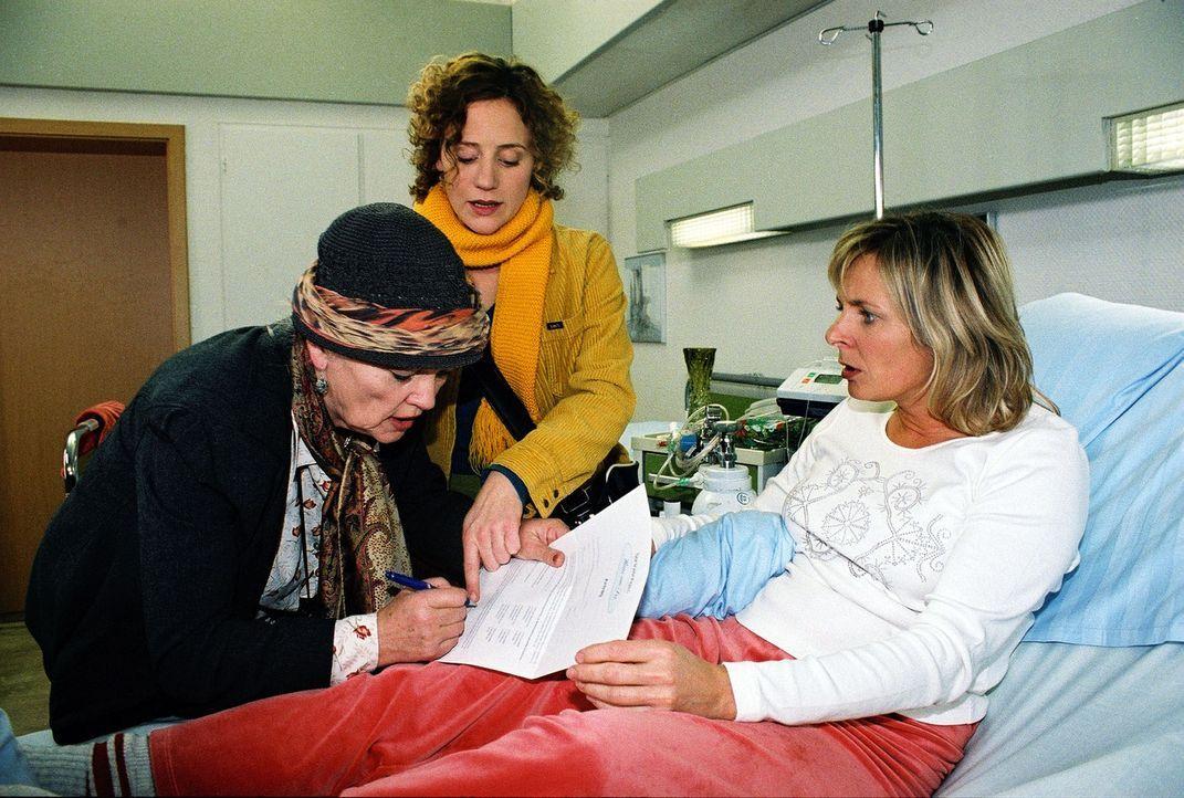 Anna Leonhardt (Susanne Czepl, r.) ist entsetzt, dass ihre Mutter Carla (Eva Maria Hagen, l.) von Emilia (Lilia Lehner, M.) überredet wurde, den Auf... - Bildquelle: Monika Schürle Sat.1