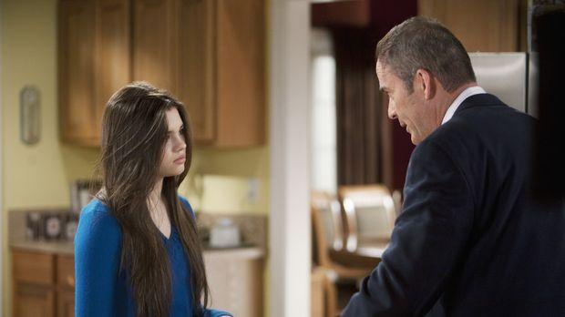 Ashley (India Eisley, l.) ist ziemlich genervt von George (Mark Derwin, r.),...