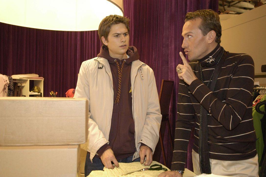 Timo (Matthias Dietrich, l.) ist überrascht, dass Hugo (Hubertus Regout, r.) ihm dabei hilft, dass er für eine private Tour den Firmenwagen nehmen... - Bildquelle: Sat.1