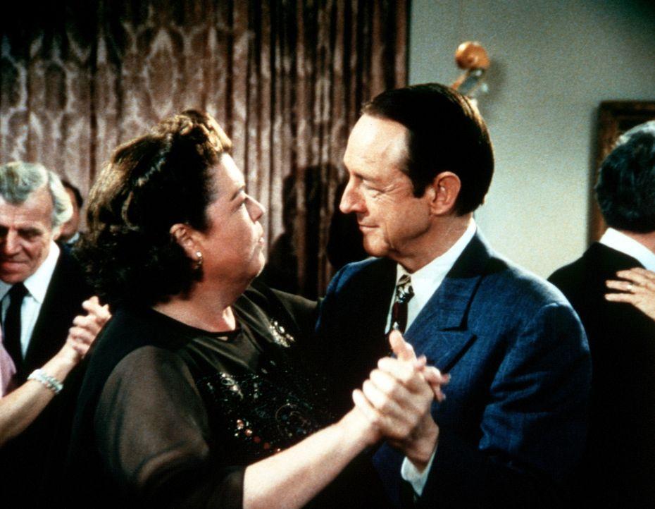 Nach Jahren wagen Stanley Perkins (William Schallert, r.) und Rose (Darsteller unbekannt), die große Liebe seines Lebens, ein Tänzchen ... - Bildquelle: Worldvision Enterprises, Inc.