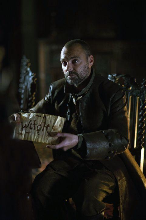 Ein paar Buchstaben aus Blut auf einem alten Pergament. Die Nachricht, die William Hooke (Matthew Holmes) erhält könnte alles in Salem verändern ...... - Bildquelle: 2013-2014 Fox and its related entities.  All rights reserved.