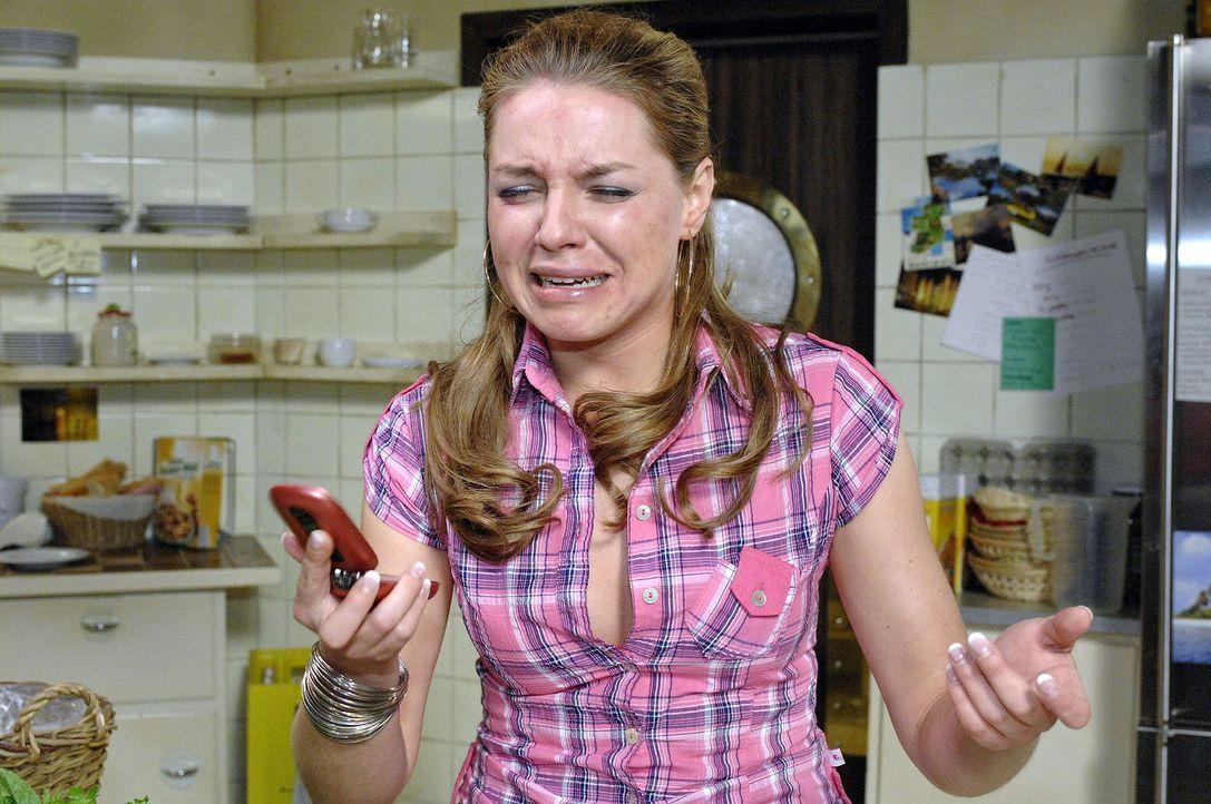 Gerade als Katja (Karolina Lodyga) feststellt, dass ihr Gesicht von der LUNA-Creme verunstaltet ist, bekommt sie von Jonas das Okay für den Modeljob. - Bildquelle: Oliver Ziebe Sat.1