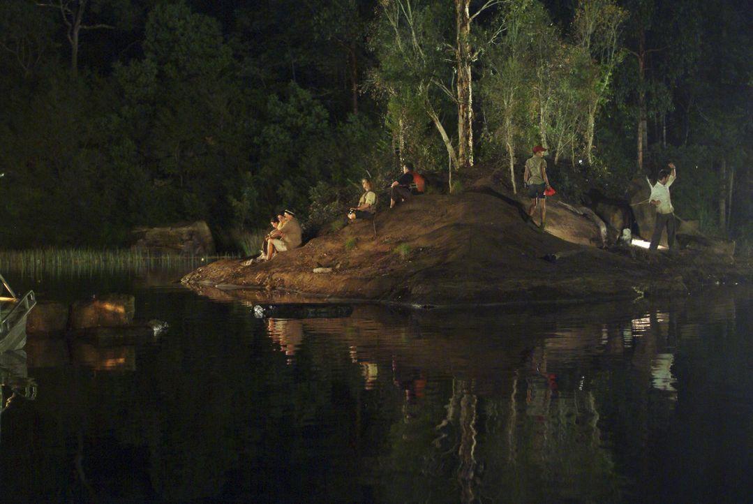 Während eine Touristengruppe eine Bootstour durch den Kakadu National Park unternimmt, schnellt plötzlich ein gigantisches Krokodil aus dem Wasser u...