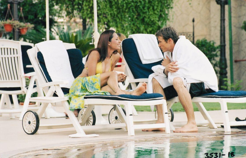 Während ihres Urlaubes in Kalifornien lernt die Indische Schönheit Reena (Kashmira Shah, l.) den Werbetexter Alex (Jason Lewis, r.) kennen. Sie verh...