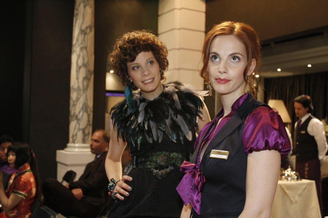 Manu (Marie Zielcke, r.) wird ungewollt Teil der Modenschau, denn ein Model ist abgesprungen und Emily Körner (Anna Schäfer, l.) bittet sie um Hil... - Bildquelle: SAT.1
