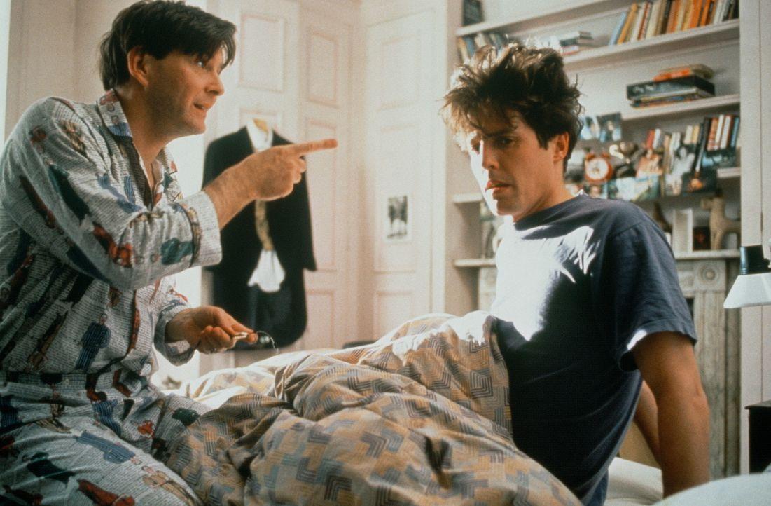 Damit Charles (Hugh Grant, r.) seinen Hochzeitstag nicht verschläft, lässt Tom (James Fleet, l.) ihn von 40 Weckern wecken ... - Bildquelle: Gramercy Pictures