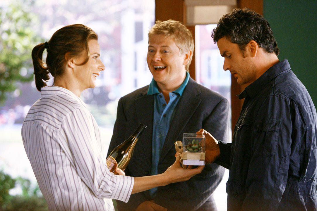 Haben keinen blassen Schimmer, was sie mit dem schwulen Paul (Dave Foley, M.) anstellen sollen: Sarah (Rachel Griffiths, l.) und Tommy (Balthazar Ge... - Bildquelle: 2008 ABC INC.