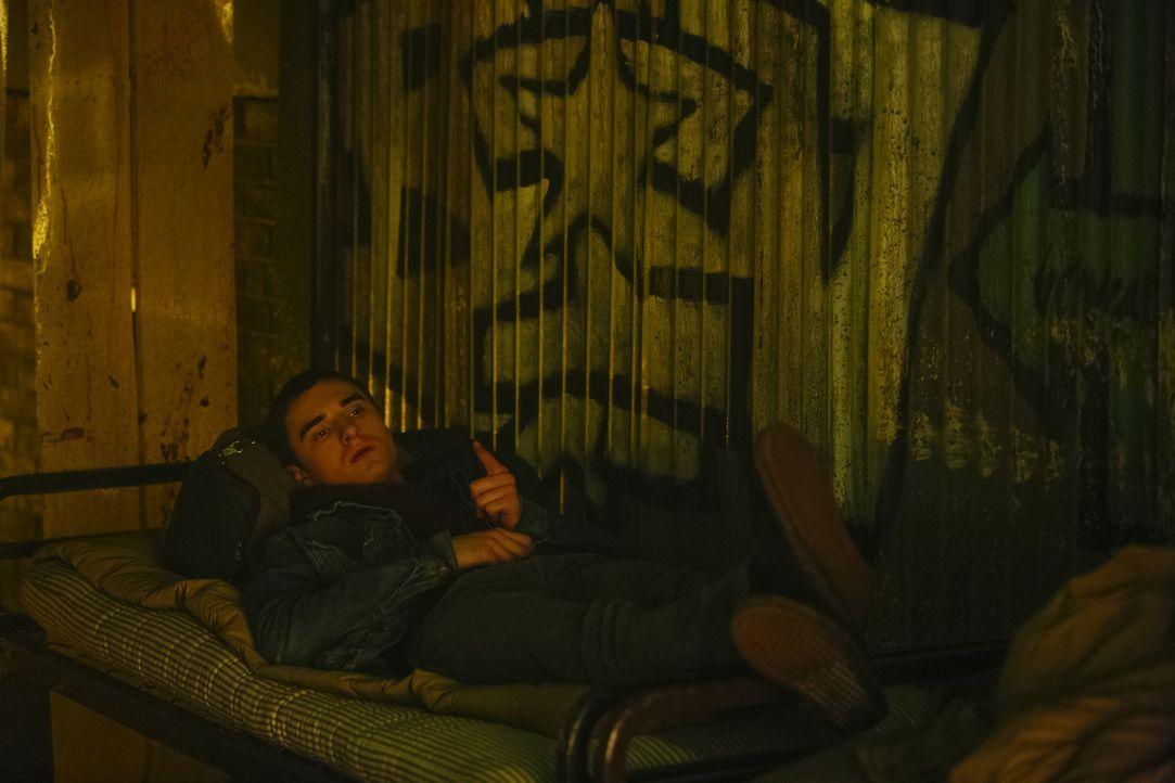 Die Ruhe vor dem Sturm: Sasha weiß, dass er Alexei (Alex Ozerov) erneut in große Gefahr bringt, wenn sie sich dazu entscheiden, an Elenas Seite zu k... - Bildquelle: 2016 She-Wolf Season 3 Productions Inc.