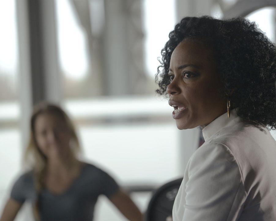 Miranda (Aunjanue Ellis) sorgt mit einer disziplinarischen Anhörung dafür, dass einige Geheimnisse von Rekruten enthüllt werden ... - Bildquelle: Philippe Bosse 2015 ABC Studios