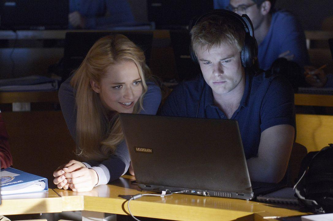 Während sie eine praktische Lektion in Überwachung bekommen, versucht Shelby (Johanna Braddy, l.) Caleb (Graham Rogers, r.) auf Distanz zu halten ..... - Bildquelle: Philippe Bosse 2015 ABC Studios