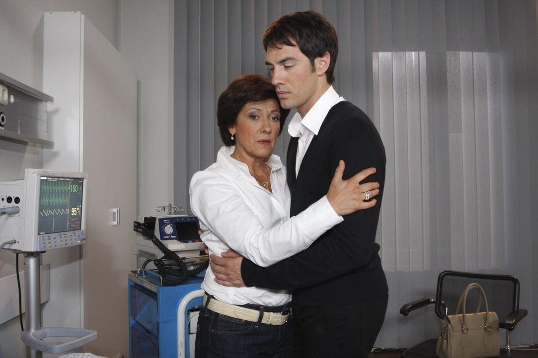 Ingrid (Olivia Silhavy, l.) und Mark (Arne Stephan, r.)sind bestürzt, dass Adrian tot ist ... - Bildquelle: SAT.1