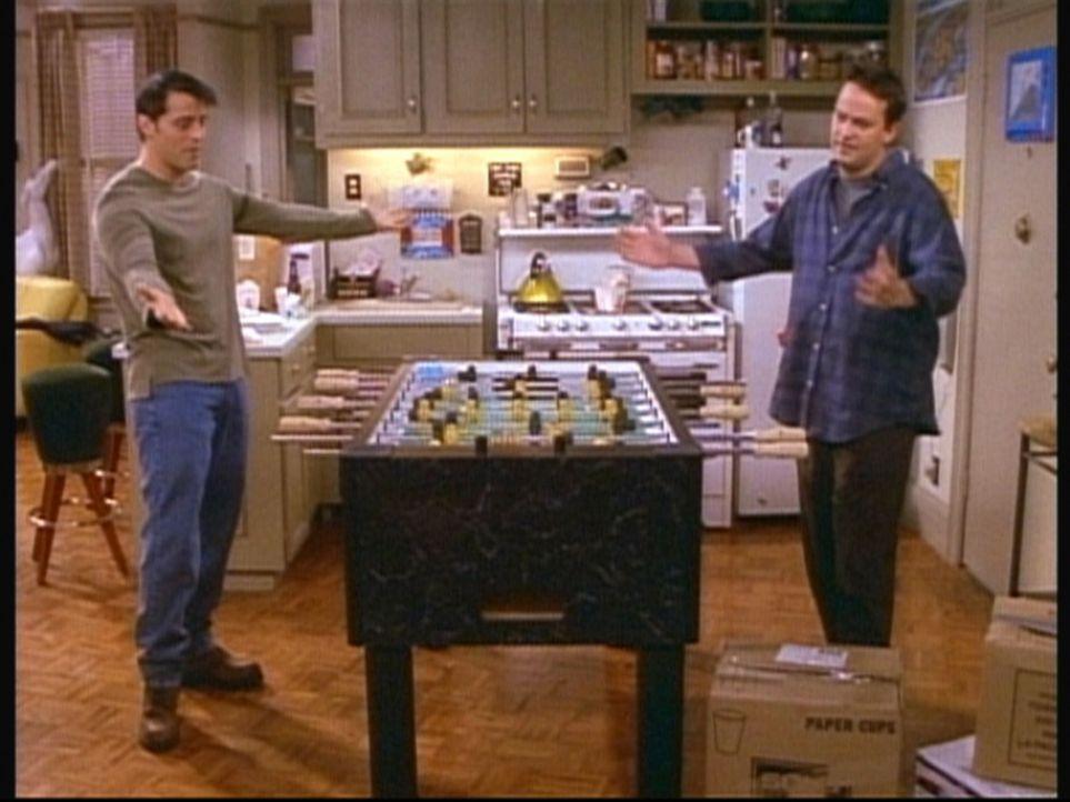 Joey (Matt LeBlanc, l.) und Chandler (Matthew Perry, r.) spielen um Geld. - Bildquelle: TM+  2000 WARNER BROS.