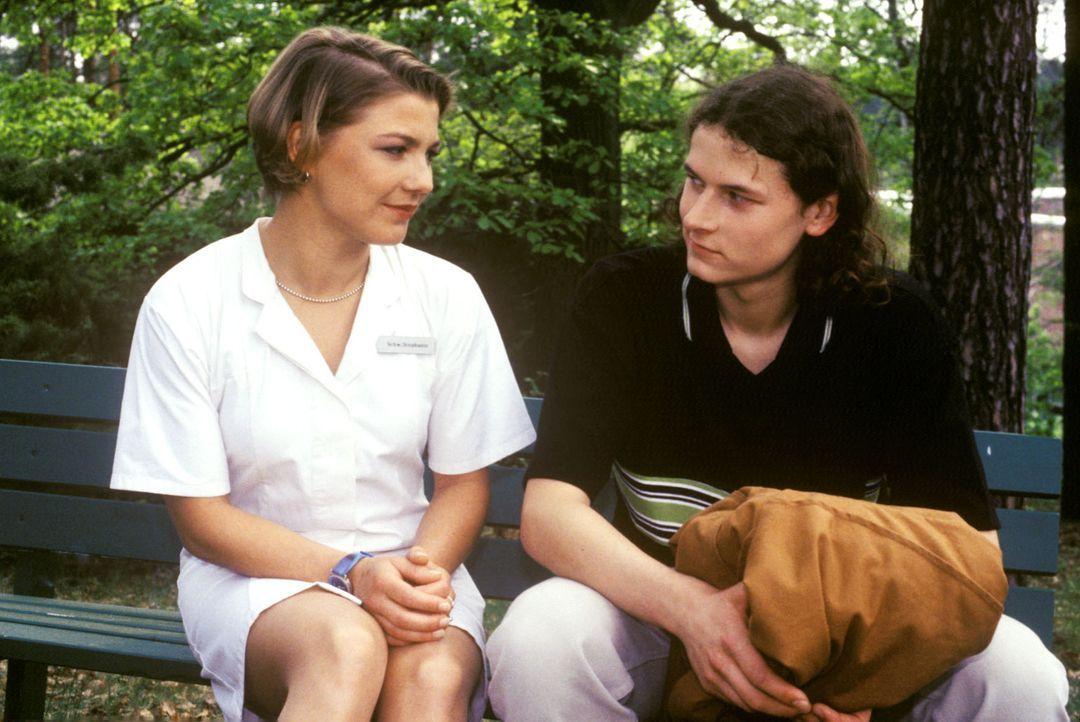 Stephanie (Claudia Schmutzler, l.) klärt Felix Bertram (Stefan Riedner, r.) darüber auf, dass das Leben seiner Mutter durch die schweren Nierensch... - Bildquelle: Noreen Flynn Sat.1