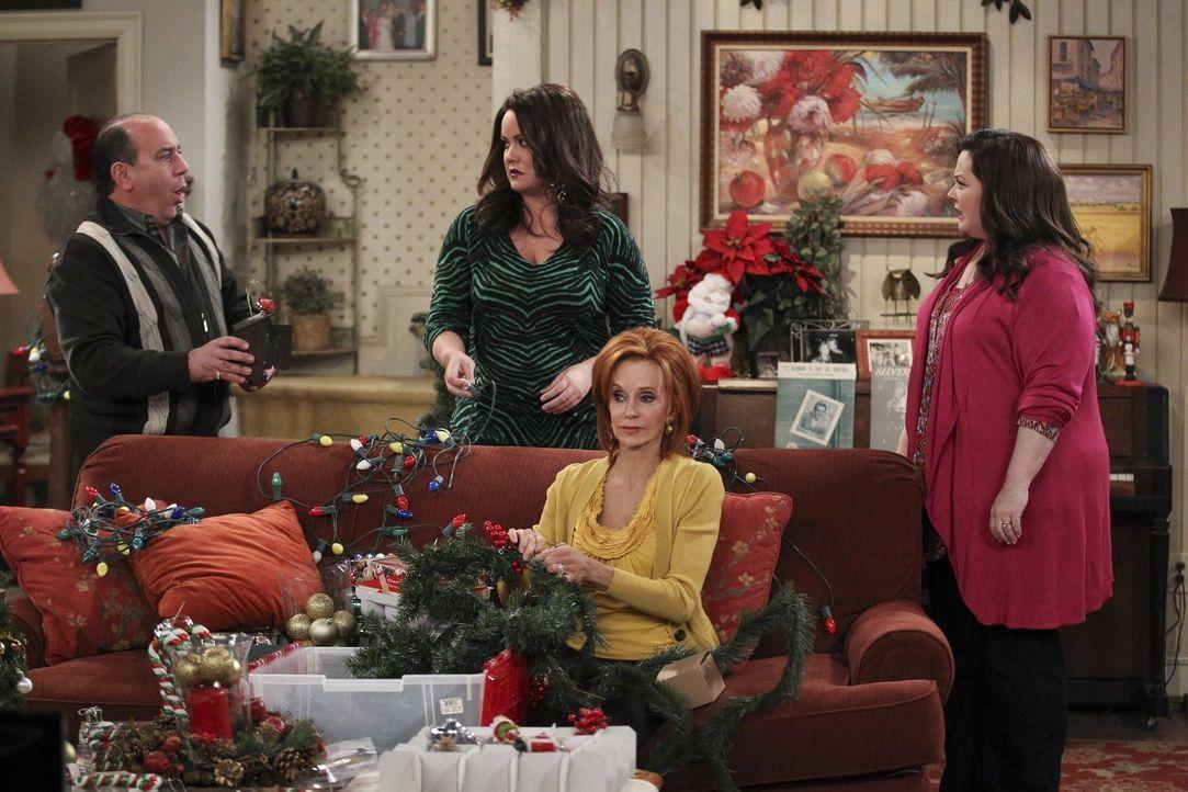 Als Vince (Louis Mustillo, l.) die Weihnachtstraditionen der Familie ändern möchte, sind Molly (Melissa McCarthy, r.), Victoria (Katy Mixon, 2.v.l.)... - Bildquelle: Warner Brothers