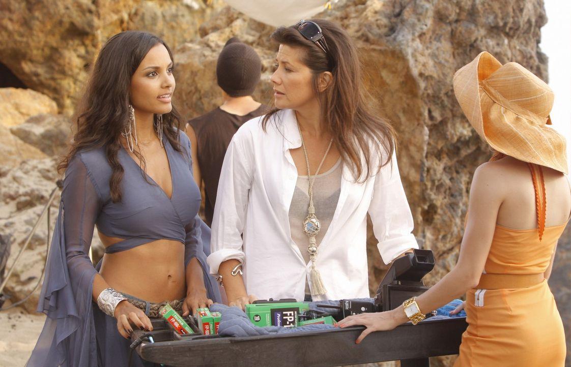 Dieses Shooting birgt viele Überraschungen... (v.l.n.r.: Riley - Jessica Lucas, Jo - Daphne Zuniga, Ella - Katie Cassidy) - Bildquelle: 2009 The CW Network, LLC. All rights reserved.