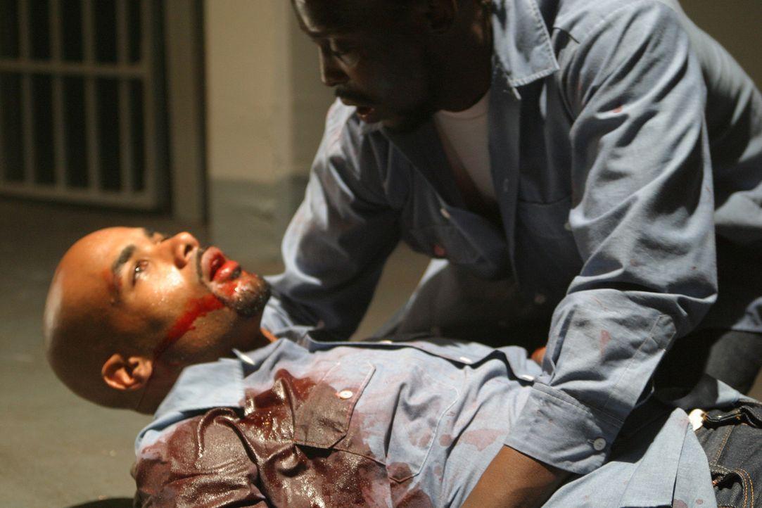 Wird Michael Mitchell (Boris Kodjoe, l.) den schweren Anschlag überleben? - Bildquelle: 2004 Sony Pictures Home Entertainment Inc. All Rights Reserved.