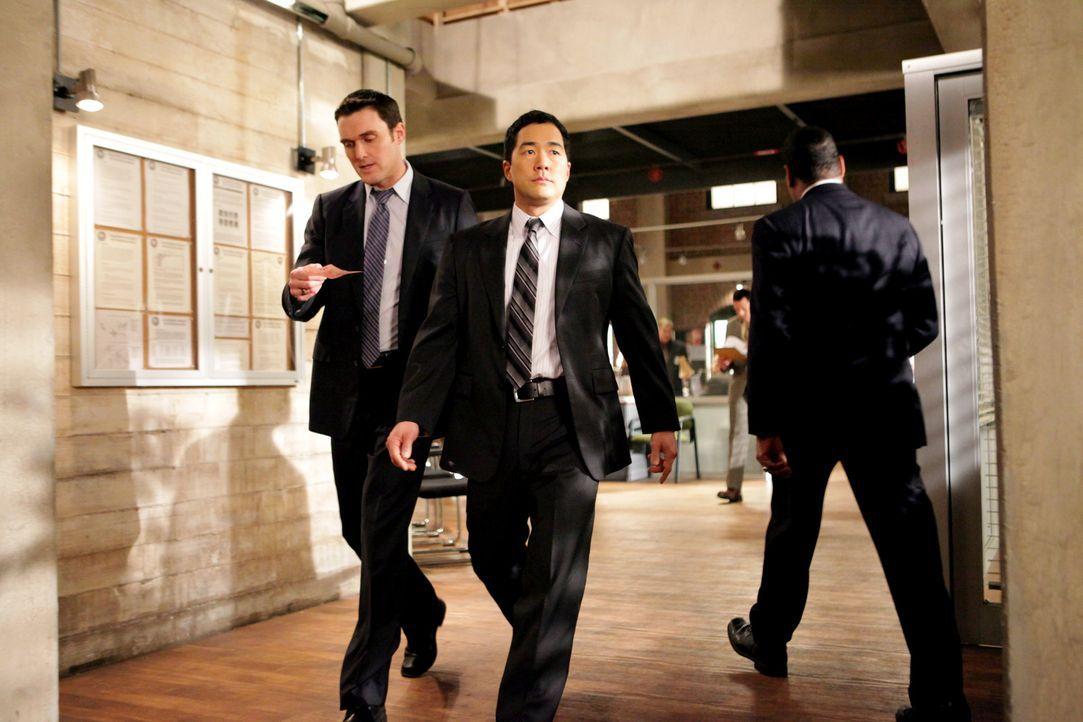 Ein neuer Mordfall beschäftigt Wayne (Owain Yeoman, l.) und Kimball (Tim Kang, r.) ... - Bildquelle: Warner Bros. Television