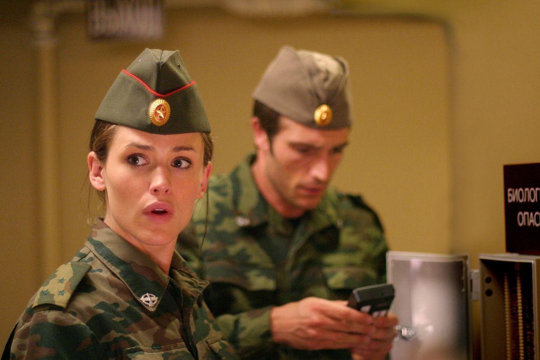 Zum ersten Mal nach zwei Jahren arbeiten Vaughn (Michael Vartan, r.) und Sydney (Jennifer Garner, l.) wieder zusammen, um Sark daran zu hindern, das... - Bildquelle: Touchstone Television