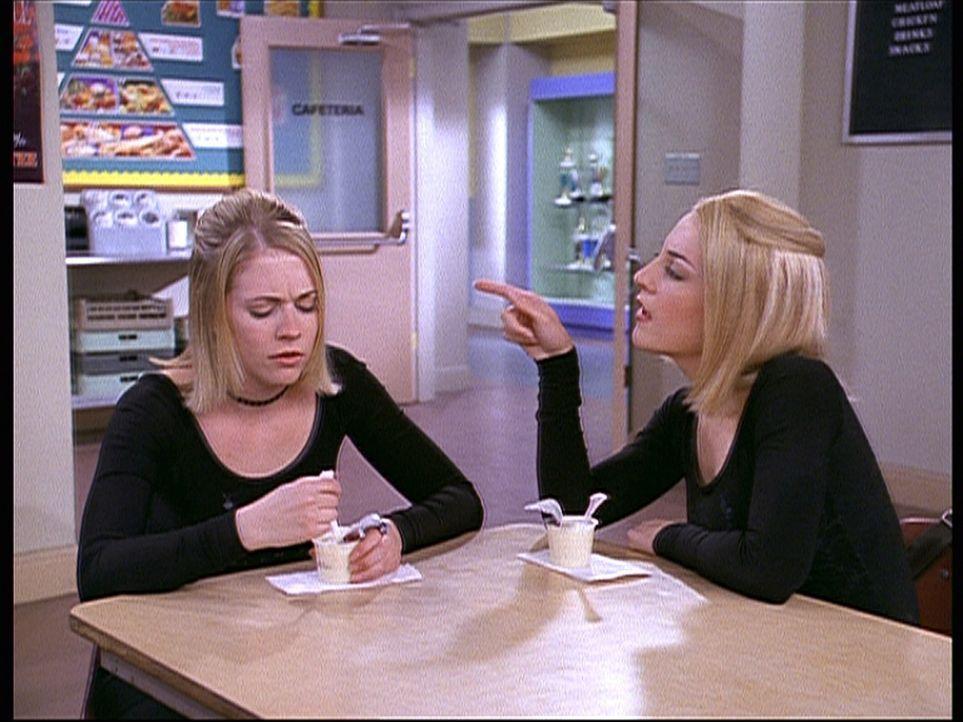 Valeries (Lindsay Sloane, r.) Ehrgeiz, so zu werden wie Sabrina (Melissa Joan Hart, l.), geht so weit, dass man die beiden nicht mehr voneinander un... - Bildquelle: Paramount Pictures