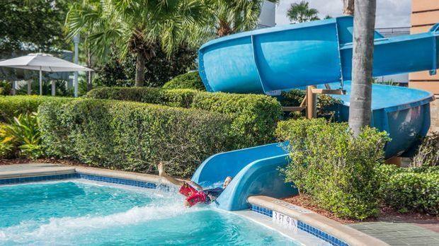 pool-981628_1920