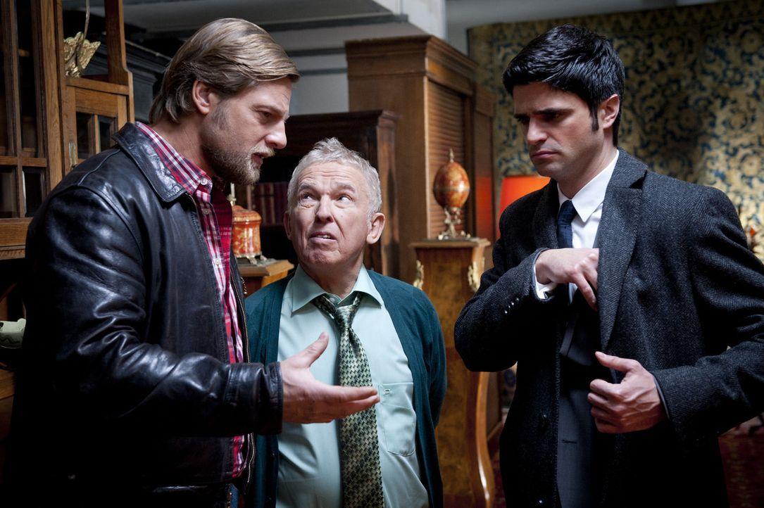 Als Mick (Henning Baum, l.) und Andreas (Maximilian Grill, r.) den Antiquitätenhändler Boris Danubius (Jürgen Mikol, M.) ausfindig machen können... - Bildquelle: SAT.1