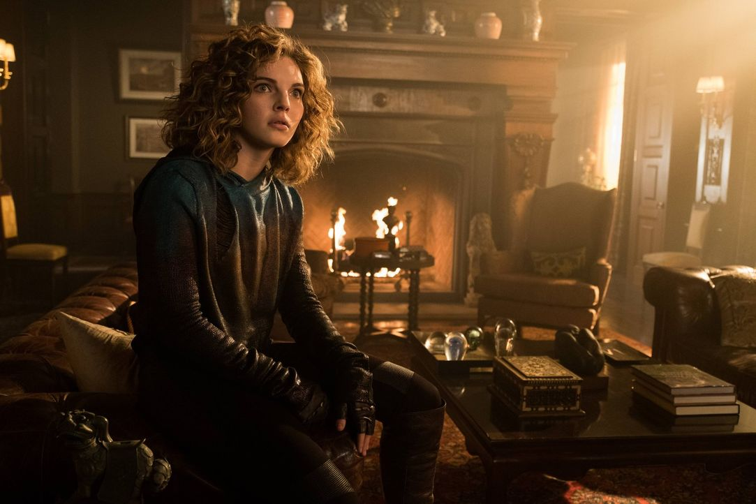 Die wahren Hintergründe für die Rückkehr von Selinas (Camren Bicondova) Mutter nach Gotham werden enthüllt, während Dwight versucht Jerome wiederauf... - Bildquelle: Warner Brothers