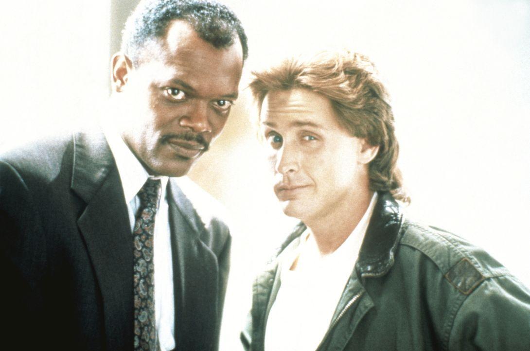 Zwei Tage vor seiner Pensionierung muss der erfahrene Cop Wes Luger (Samuel L. Jackson, l.) zusammen mit dem jungen Jack Colt (Emilio Estevez, r.) e... - Bildquelle: Warner Brothers