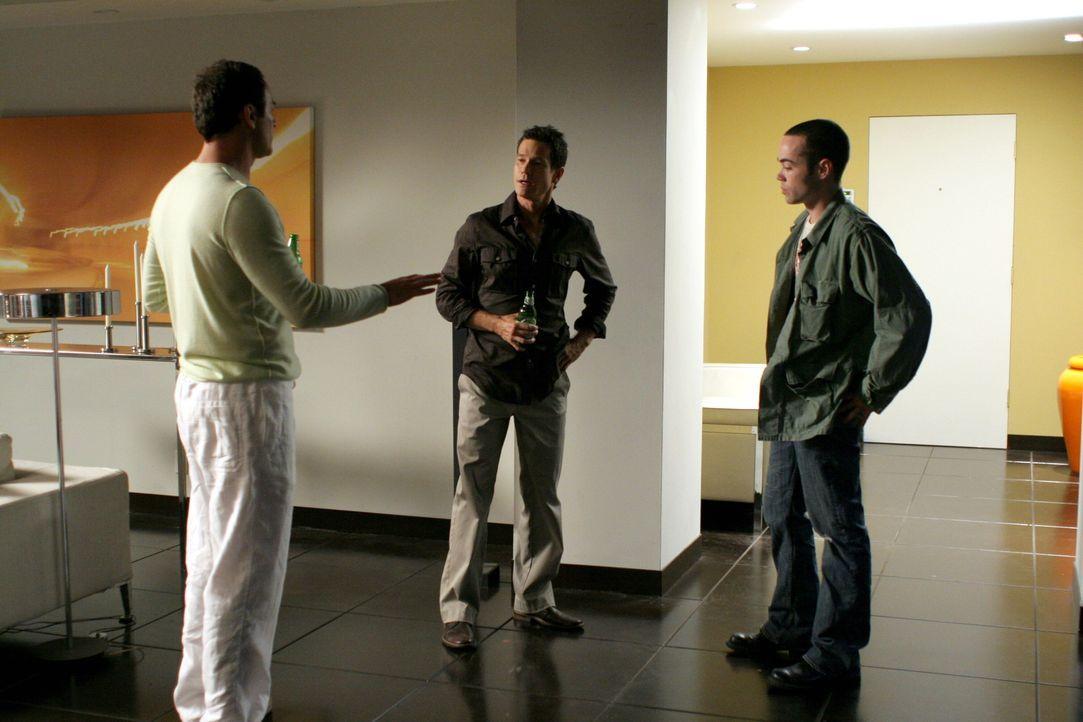 Christian (Julian McMahon, l.) und Sean (Dylan Walsh, M.) sind entsetzt, als sich Matts (John Hensley, r.) neue Freundin Ariel Alderman als Rassisti... - Bildquelle: TM and   2005 Warner Bros. Entertainment Inc. All Rights Reserved.