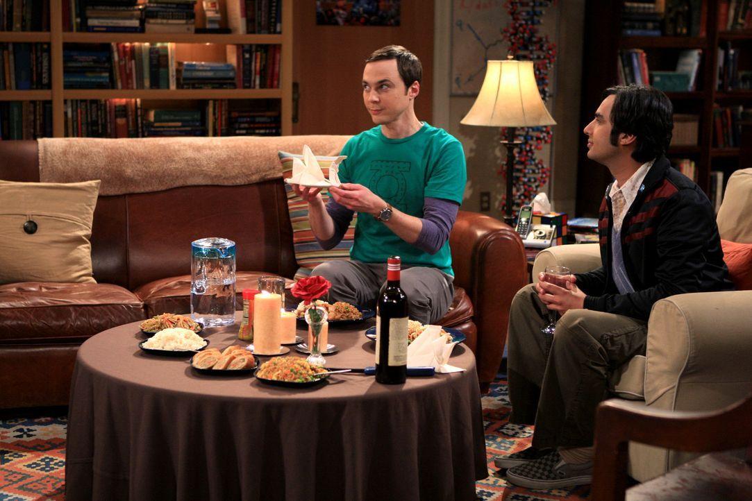 Raj (Kunal Nayyar, r.) ist genervt von dem nächtlichen Lautstärkepegel, den Leonard und Priya verursachen, und zieht deshalb kurzerhand bei Sheldon... - Bildquelle: Warner Bros. Television