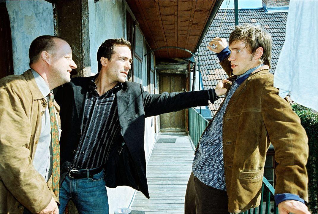 Marc (Alexander Pschill, M.) und Kunz (Martin Weinek, l.) stellen den verdächtigen Michael Prager (Christoph Luser, r.). - Bildquelle: Sat.1