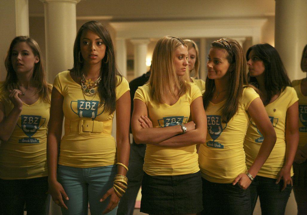 Nach dem Zwischenfall während des Spring Breaks bekommt Rebecca Probleme. Doch Ashleigh (Amber Stevens, 2.v.l.), Casey (Spencer Grammer, M.) und Fra... - Bildquelle: 2008 ABC Family