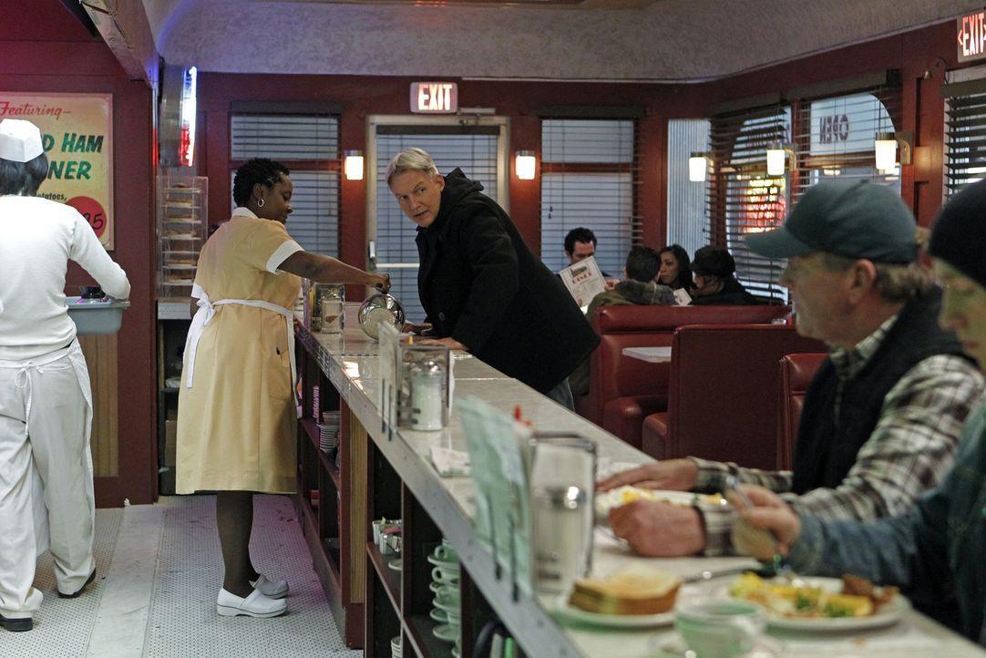 Während seines allmorgendlichen Stopps für Kaffee in einem Diner findet sich Gibbs (Mark Harmon, M.) auf einmal in einem Schusswechsel wieder. Im Mo... - Bildquelle: CBS Television