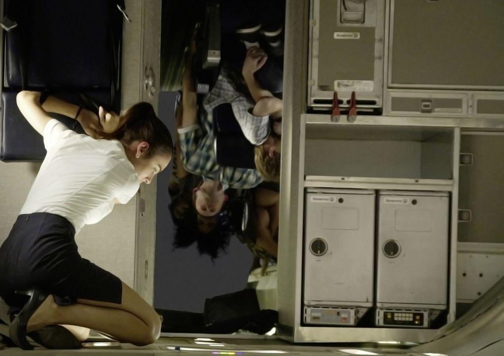 Um einen Horrorcrash zu vermeiden, hat Whip das abstürzende Flugzeug gedreht und an Bord herrscht nackte Panik. Flugbegleiterin Katerina (Nadine Vel... - Bildquelle: Robert Zuckerman 2012 PARAMOUNT PICTURES. ALL RIGHTS RESERVED.
