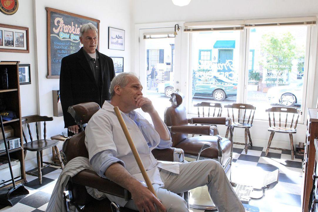 Der Medienrummel um einen Mörder bringt den Friseur (Jay Acovone, r.) von Gibbs (Mark Harmon, l.) dazu, den Ermittler um Hilfe zu bitten. Er möchte... - Bildquelle: CBS Television