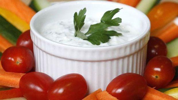 Sour Cream eignet sich perfekt als Dip für Gemüse-Sticks