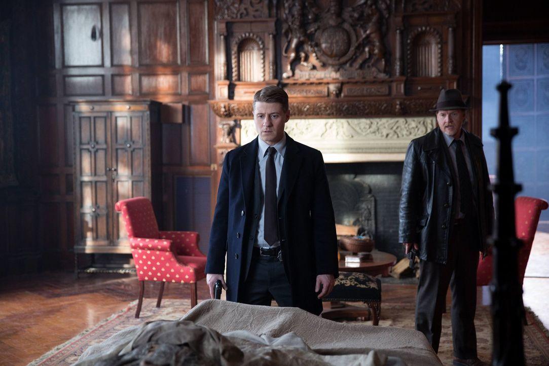 Die Suche nach Ogre geht weiter: Gordon (Ben McKenzie, l.) und Bullock (Donal Logue, r.) ... - Bildquelle: Warner Bros. Entertainment, Inc.