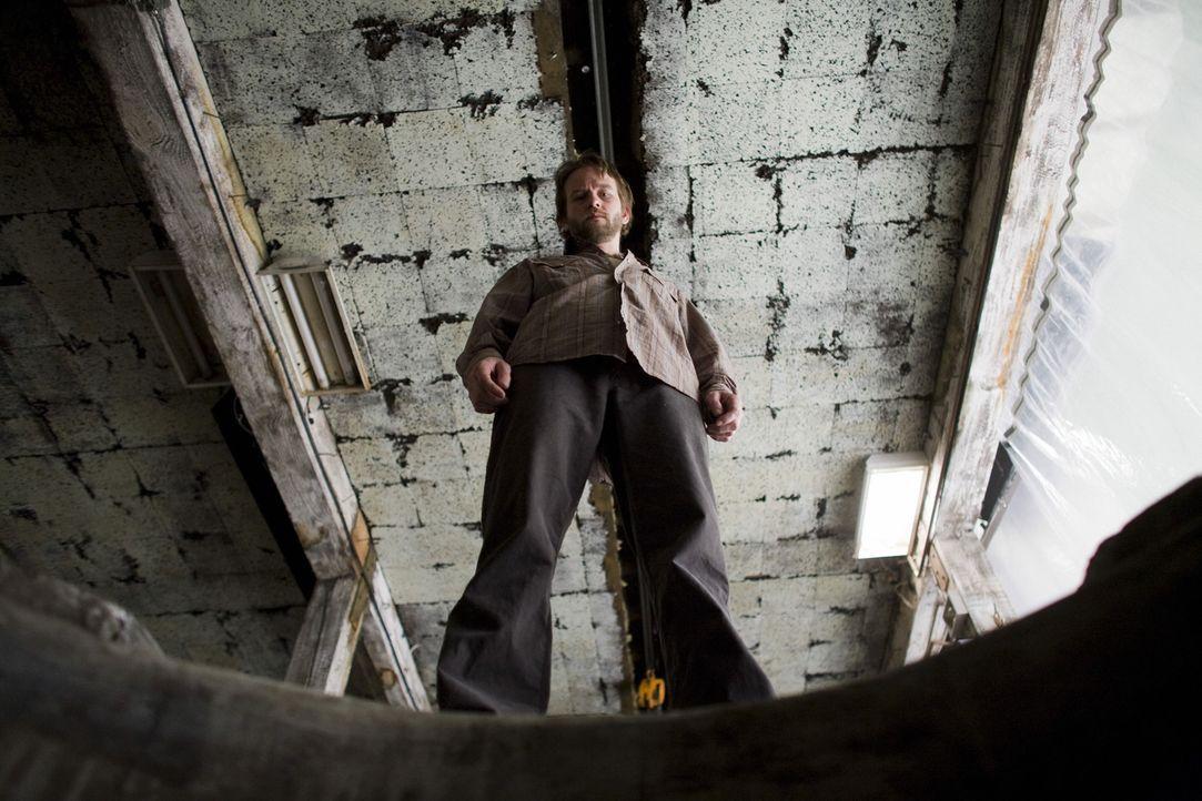 Während seine Opfer im dunklen Keller hausen, häuft Killer Carl (Dallas Roberts) deren Babys um sich. Doch bei der Wahl seiner neuen Gebärmaschine b... - Bildquelle: Kinowelt GmbH
