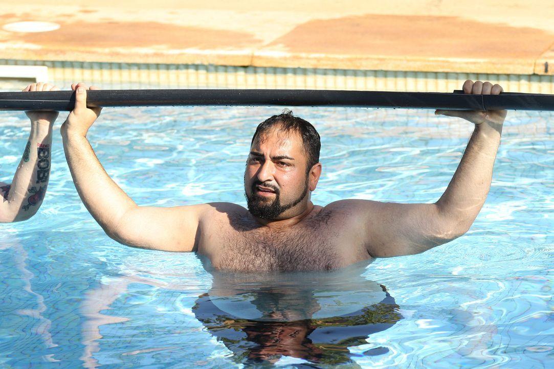 Das geht in die Arme: Um Trainer Ramin samt einem Ruderboot im Pool zu versenken, müssen Ali und seine Teamkollegen einen Haufen Wasser über eine Re... - Bildquelle: SAT.1/Enrique Cano