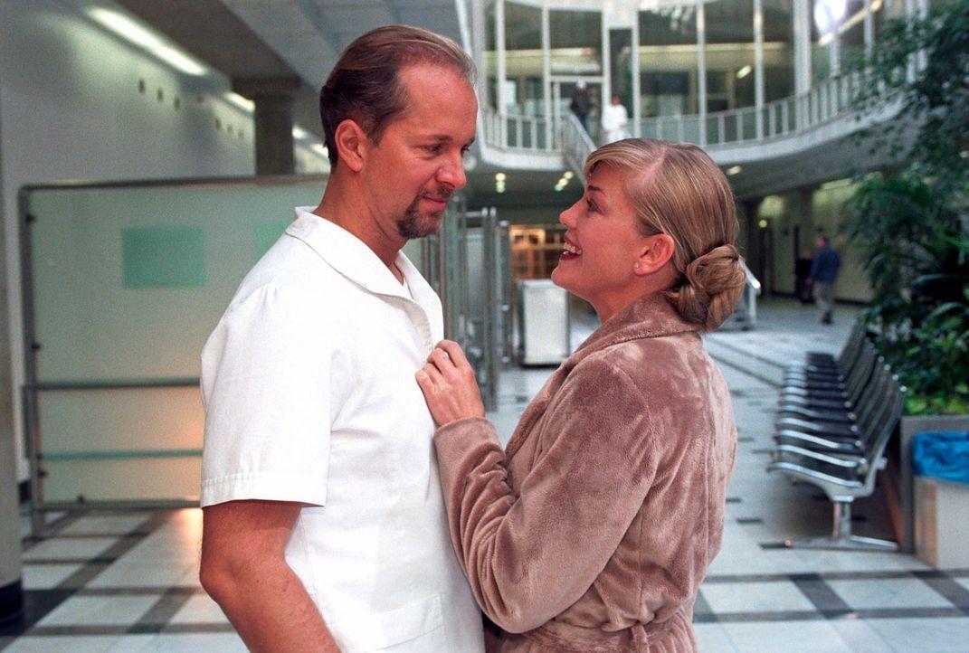 Clarissa (Cecilia Kunz, r.) ist überrascht, Jo (Jochen Horst, l.) in Pflegerkleidung im Krankenhaus zu treffen.